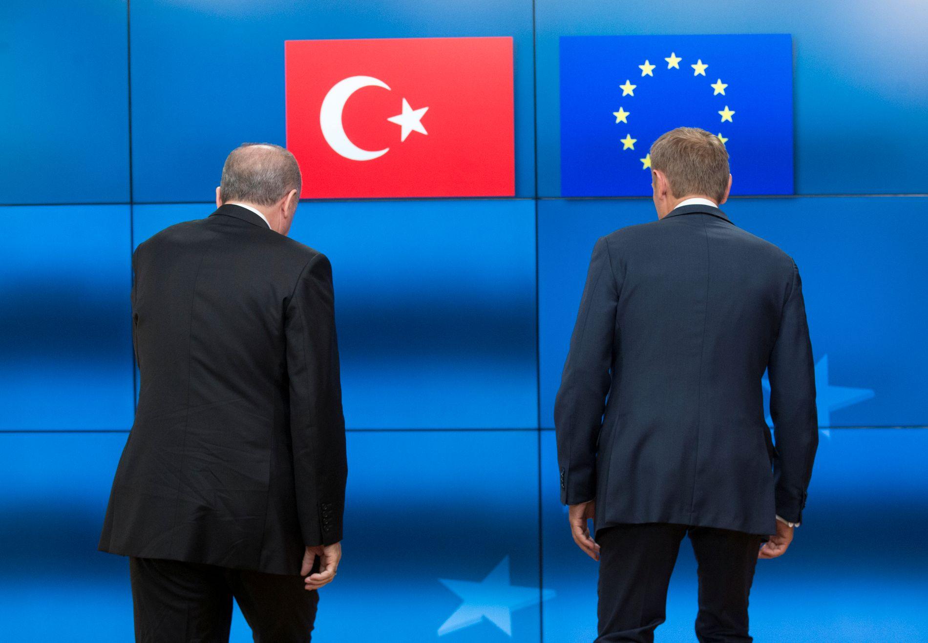 RYGGEN TIL? Tyrkia truer med å gi opp EU helt, samtidig som de vil avvente EUs svar. Bildet viser Erdogan og Donald Tusk (t.h.), president for Det europeiske råd, i Brussel i mai.