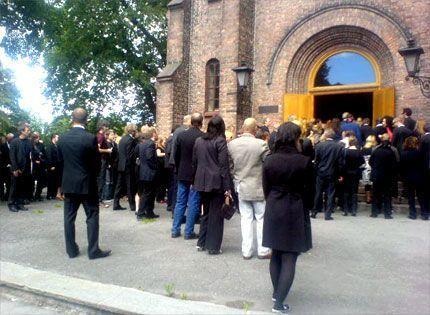 STRØMMER TIL: Mange har møtt opp utenfor Sofienberg kirke for å minnes gitahelten Robert Burås.