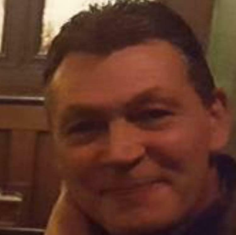 REAGERER: Tom Arne Alfheim er opprørt over at noen har forsynt seg med lykten fra farens grav.