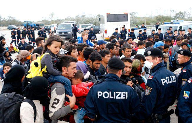 STRENGERE: Lange køer med flyktninger venter ved grenseovergangen mellom Ungarn og Østerrike i Nickelsdorf mandag morgen.
