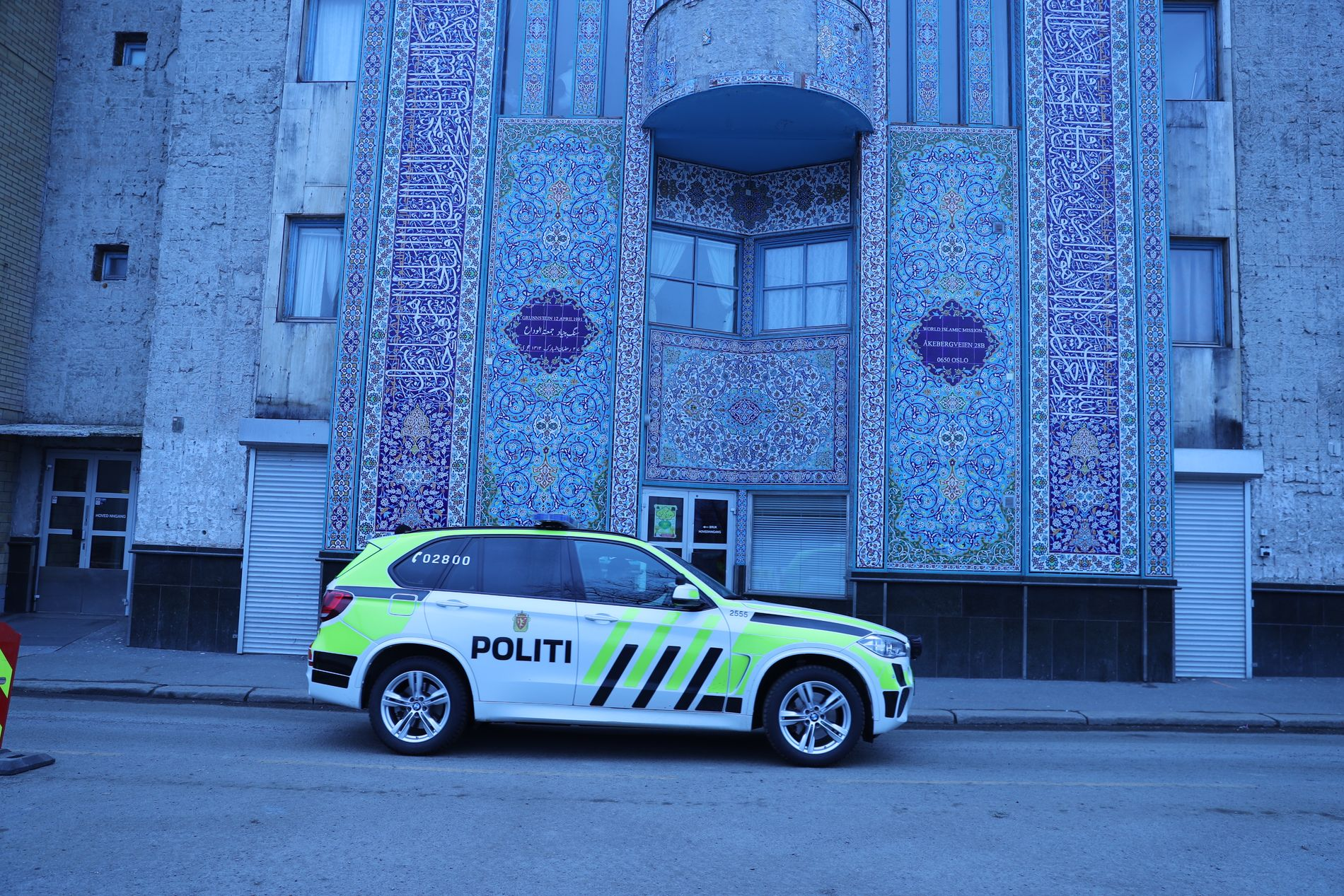 FØLGER MED: Oslo-politiet har satt i gang økt patruljering ved moskeene i hovedstaden etter terrorangrepet i New Zealand.  Denne politbilen kjørte forbi moskeen til World Islamic Mission i Åkerbergveien fredag ettermiddag.