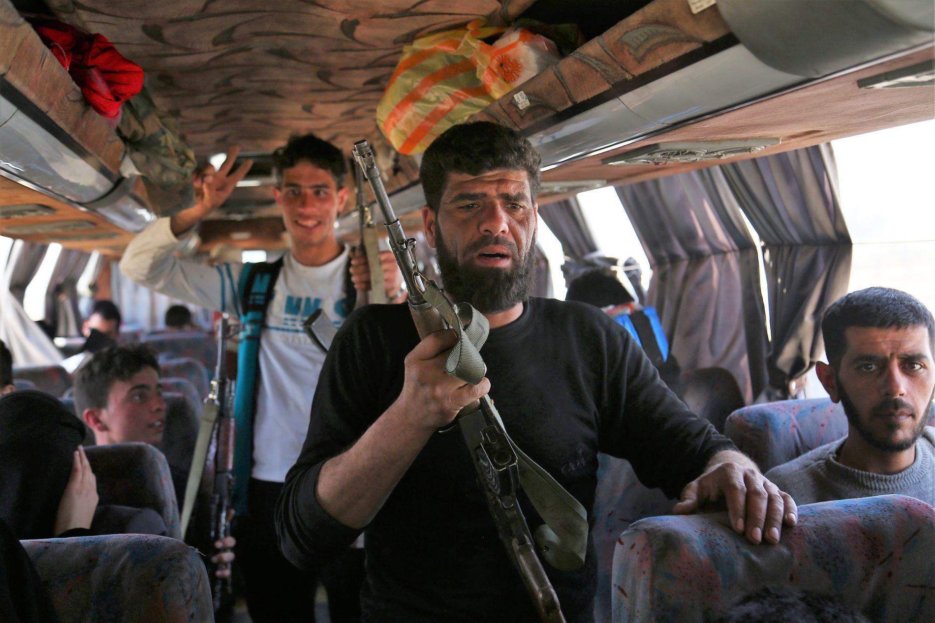 FRAKTET VEKK: Busser fraktet ut flere tusen krigere fra Jaish al-Islam ut fra Øst-Ghouta i april. Nå er de klare til krig på nytt.