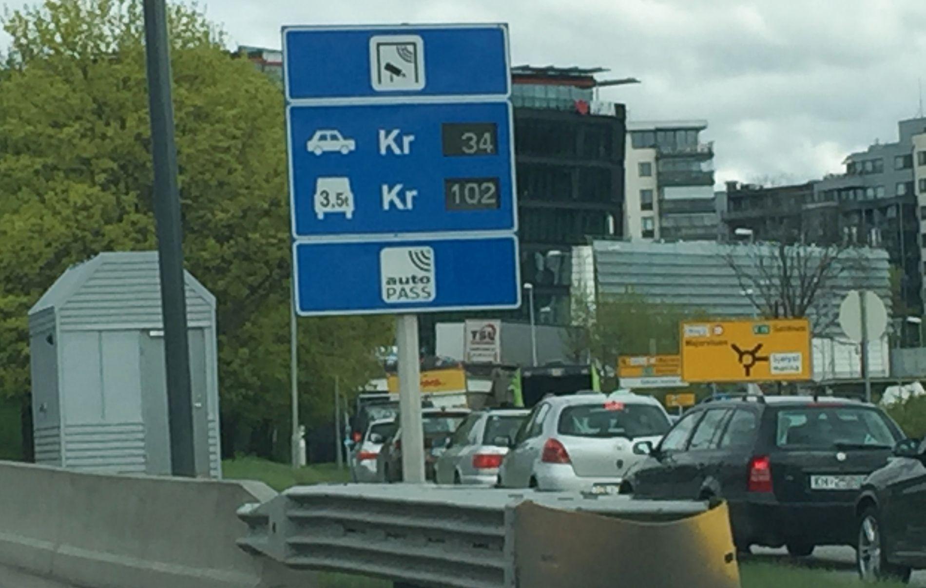 DAGENS BOMPRIS: 34 kroner er dagens bompris for en passering for personbiler (diesel/bensin) i Oslo-bomringen, som her ved Skøyen på E18.