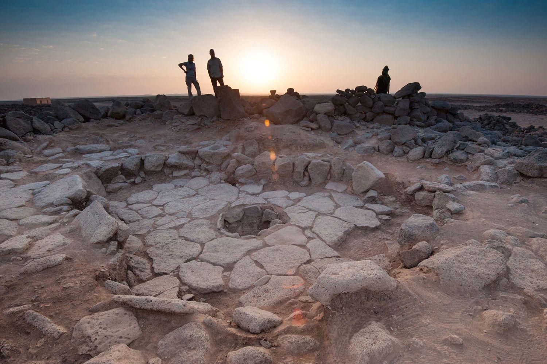 FANT BRØD: I  disse gamle steinbygningene fant arkeologene en et ildsted, og i ildstedet lå det et veldig gammelt flatbrød.