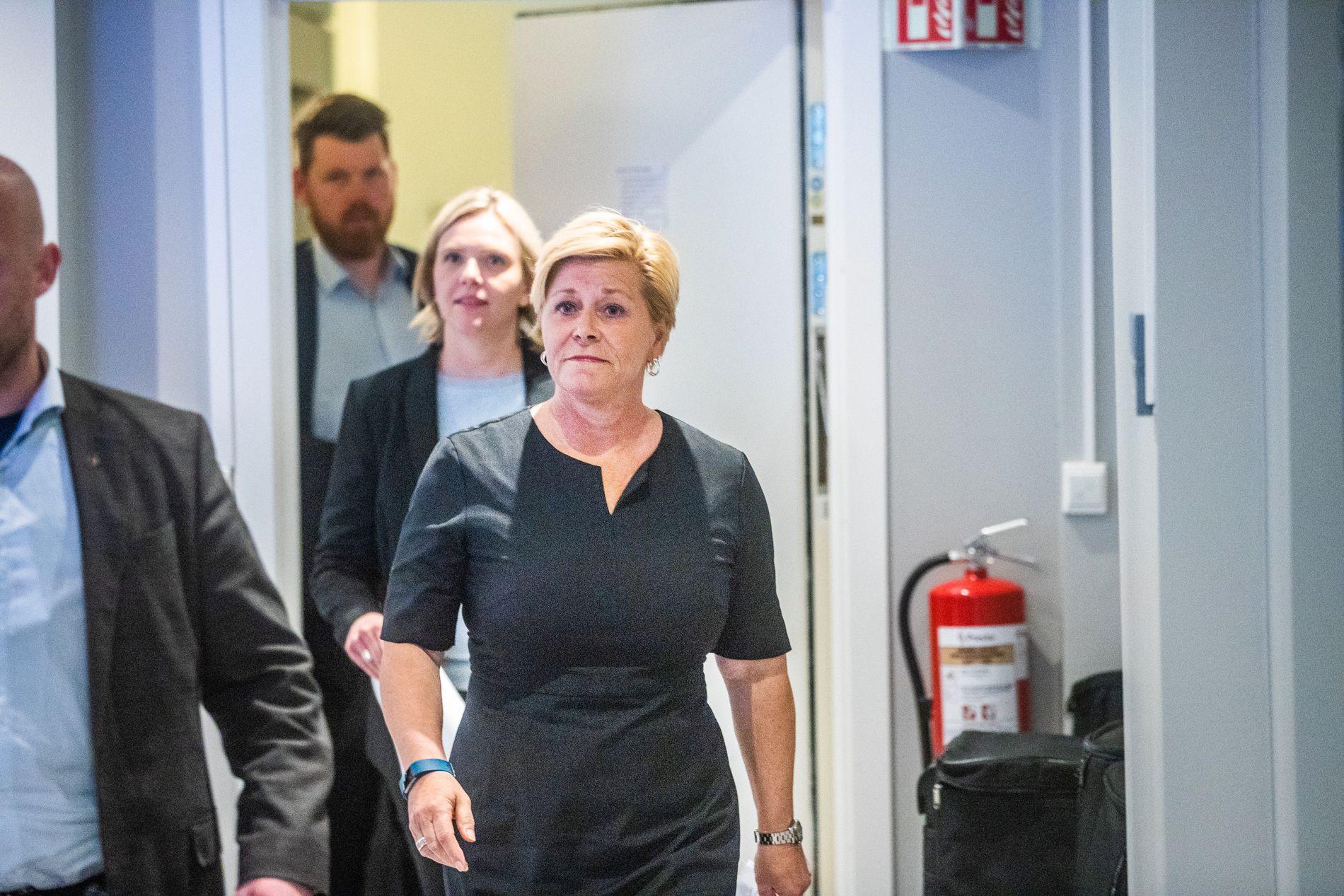 KONTRER MOT VEDUM: Siv Jensen avbildet på vei inn til pressekonferansen etter landsstyremøtet om bom-opprøret i Frp sist onsdag. Hakk i hæl følger nestleder Sylvi Listhaug og statssekretær Atle Simonsen.