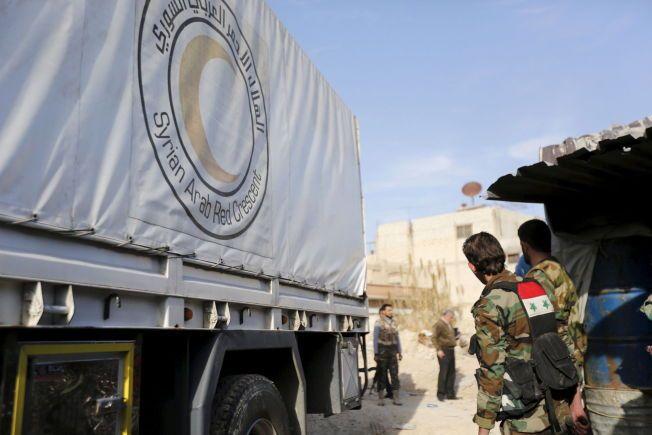 NØDHJELP: En kolonne med nødhjelp kjørte inn i den beleirede byen Douma i Syria lørdag.