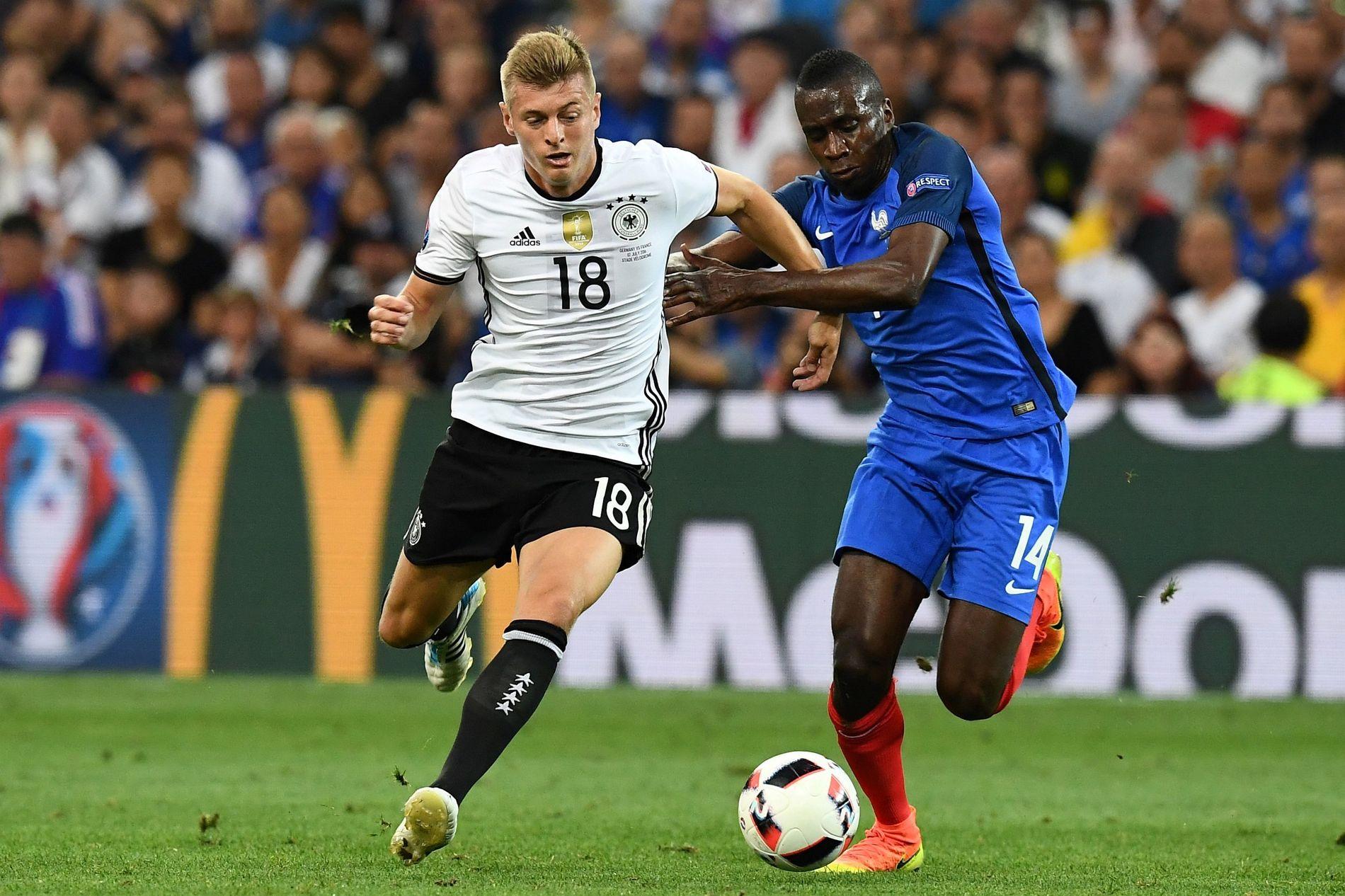 MÅ STOPPES Toni Kroos, her i en duell med Frankrikes Blaise Matuidi i EM-semifinalen, er Tysklands midtbanedirigent.