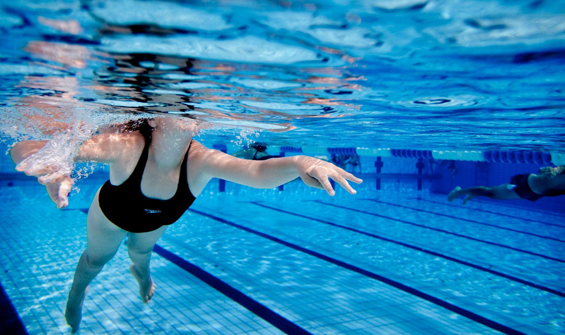 UNDER VANN: Norske barn får mindre svømmetrening enn jevnaldrende ellers i Europa.
