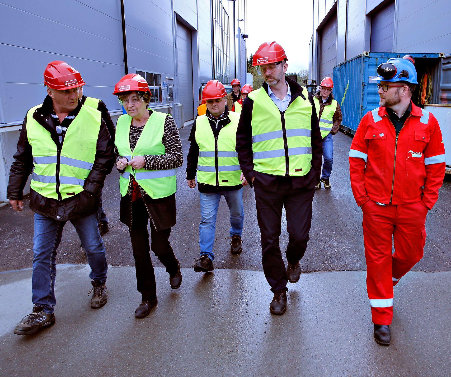 SENTRAL: Roar Abrahamsen helt til venstre, sammen med daværende LO-leder Gerd Kristiansen, Fellesforbund-sjef Jørn Eggum (i midten), Trond Giske og bedriftsleder Lasse STåløy under et besøk hos Radøygruppen i 2015.