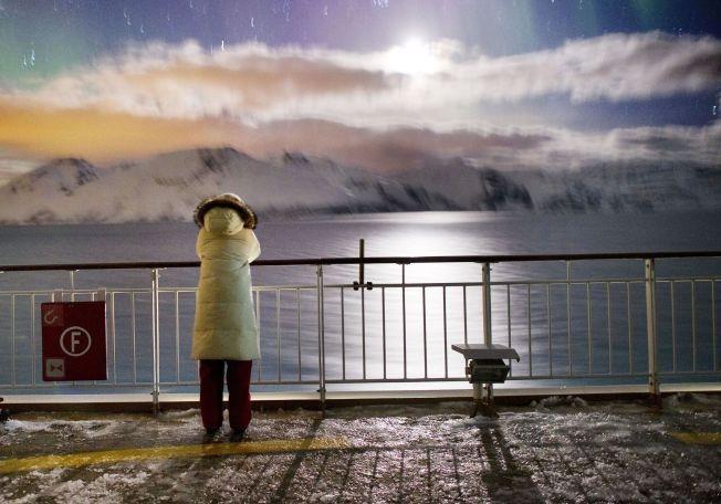 UNIK TEMPERATURMÅLING: Oftest bruker forskere modeller og beregninger for å finne temperaturer langt tilbake i tid. Men det finnes en utrolig serie som går helt tilbake til 1659. Her en vinternatt med nordlys på Hurtigruten Midnatsol i desember 2012.