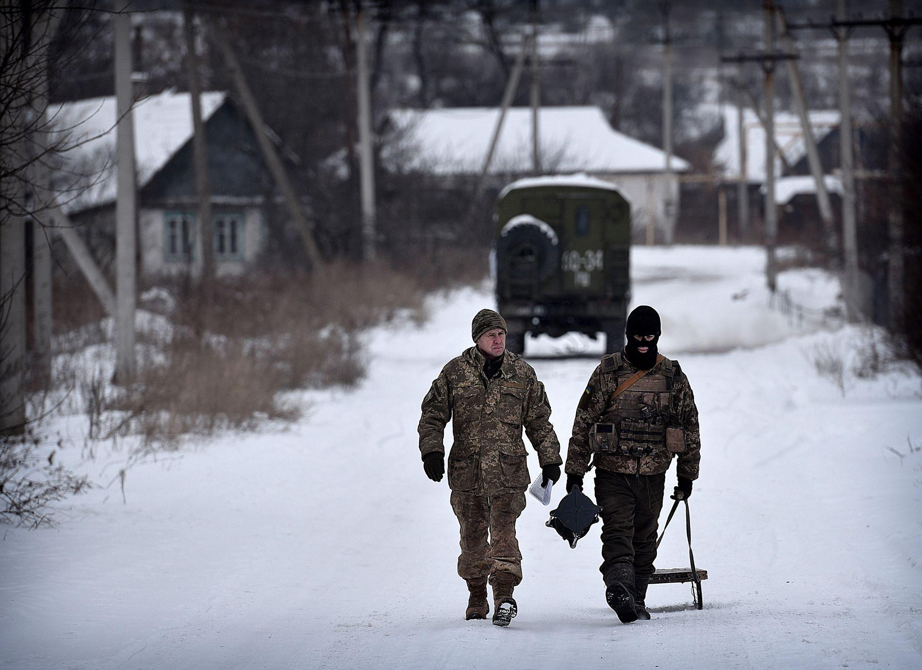 TATT OVER AV SOLDATER: Den ukrainske hæren er stasjonert i landsbyen Zhovanka, midt på frontlinjen mellom ukrainske styrker og de russiske opprørerne i Øst-Ukraina. Daglig opplever innbyggerne der skuddvekslinger.  Foto: HARALD HENDEN, VG