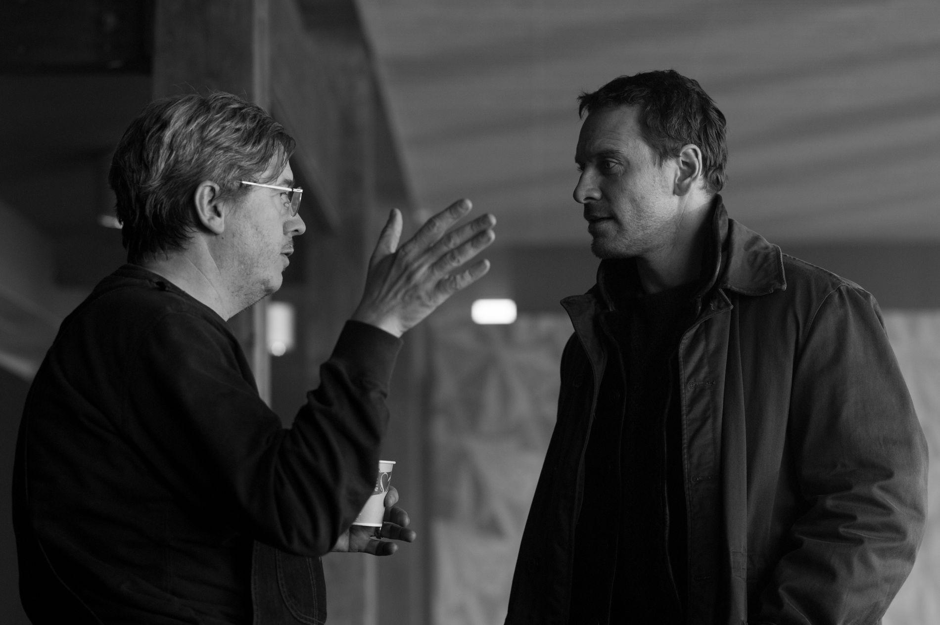 JOBBER MED HARRY: Regissør Tomas Alfredson og Harry Hole sjøl, irsk-tyske Michael Fassbender.