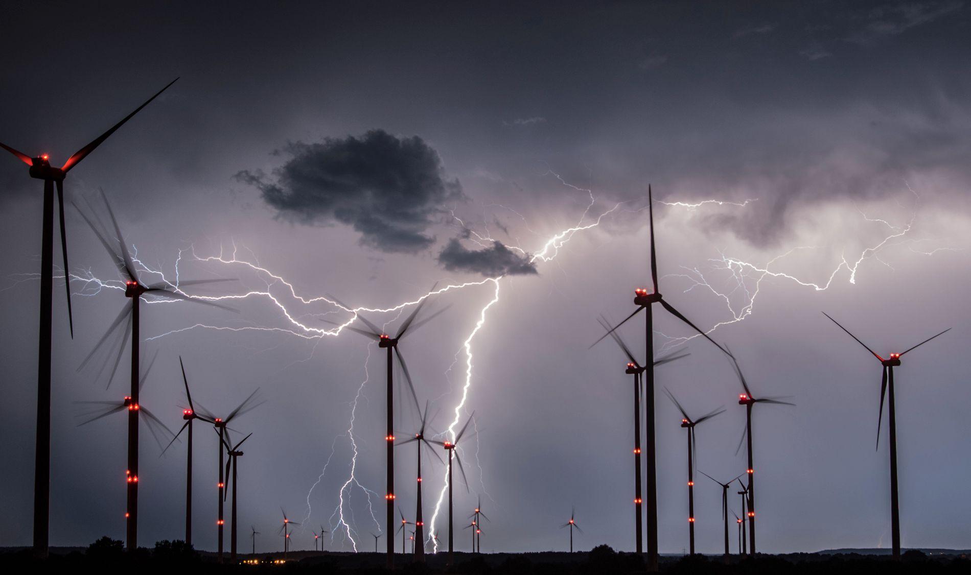 FLOTT MED VINDMØLLER, MEN: Hverken vindmøller eller solcellepaneler kan stanse global oppvarming. Til det må vi fjerne CO₂ fra atmosfæren. Men ingen planlegger eller investerer eller fordeler oppgaver for å få det til, hevder klimaforsker Glen Peters. Bildet viser lynnedslag i vindmøller nær Sieversdorf i østlige Tyskland 1. august.