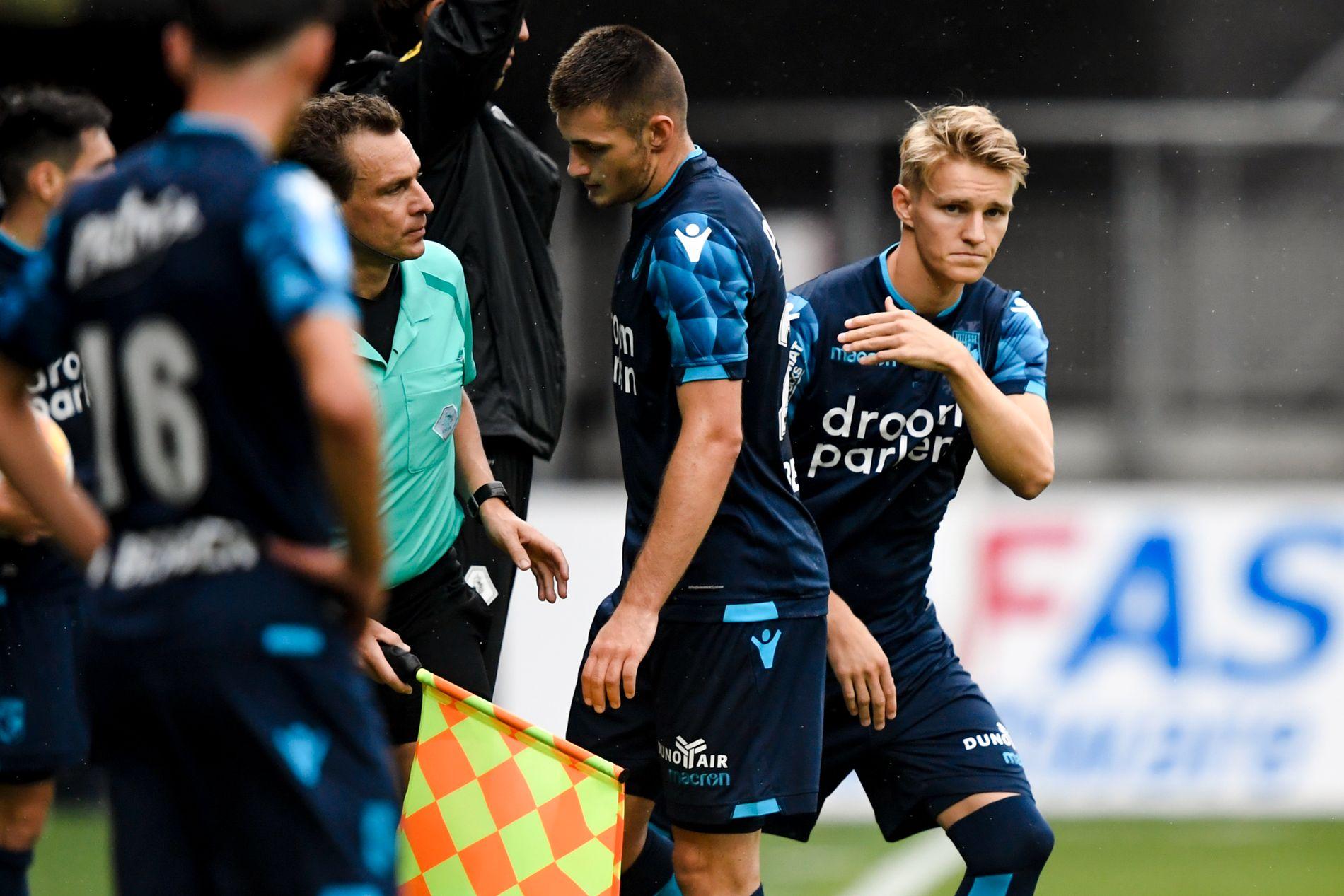 BYTTET INN: Martin Ødegaard ga lagkamerat Matus Bero et klapp på ryggen før han entret banen.