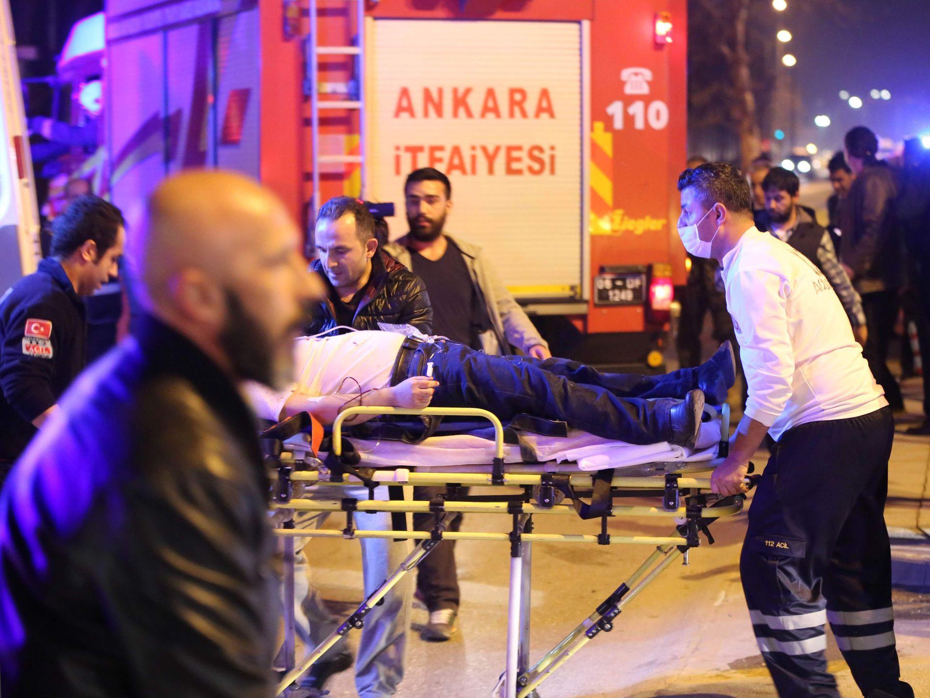 ANKARA, 17. FEBRUAR: Slike opprivende scener blir stadig mer vanlig i Tyrkia. 28 personer ble drept denne dagen da en bombe eksploderte rett ved en militærleir utenfor Ankara. Foto: AFP