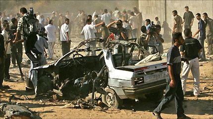 ANGREPET: Et bilvrak ligger igjen etter israelsk rakettangrep mot Gaza by. Foto: Reuters.