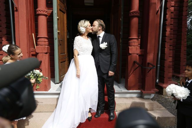 NYGIFT: På kirketrappa kysset Isabel Ødegård og Christian Skolmen for første gang som ektepar.