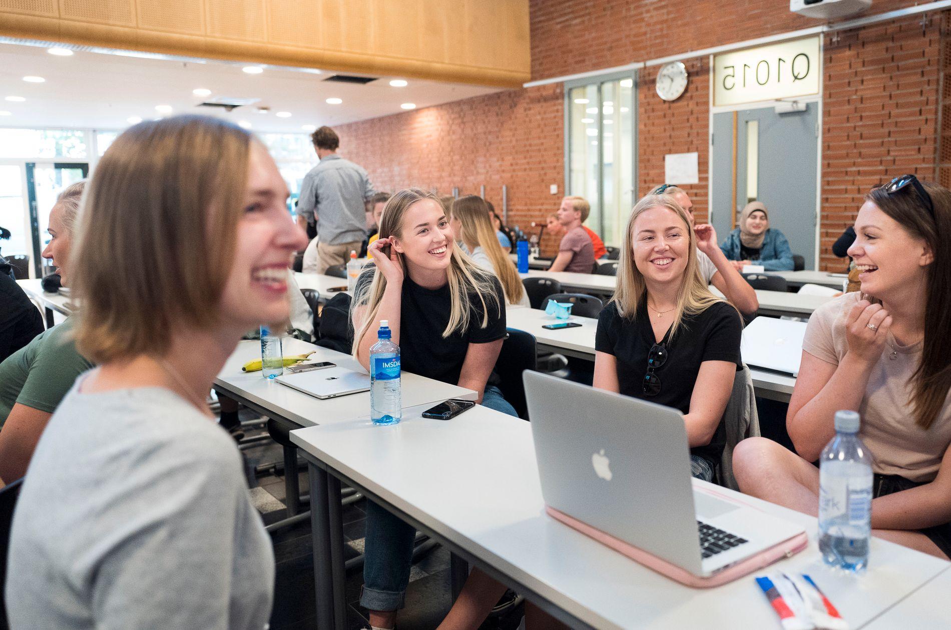 ÅPNING. Utdanningsminister Iselin Nybø (V) snakker med studentene Helene Olsen Fagerli (19), Stine Brenna (20) og Tina Marie Halvorsen (22) under åpningen av forkurset i matematikk.