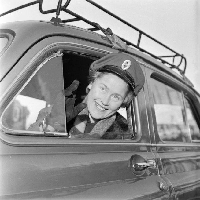 FOREGANGSKVINNE: At norske kvinner, her representert ved norges første kvinnelige drosjesjåfør, Magna Hansen i 1956, inntok arbeidslivet er en avgjørende forklaring på norsk velstand.