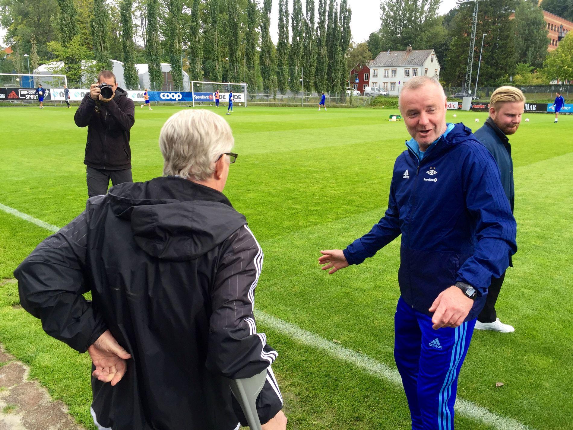 SAMTALER: Rini Coolen (til høyre) og Nils Arne Eggen.