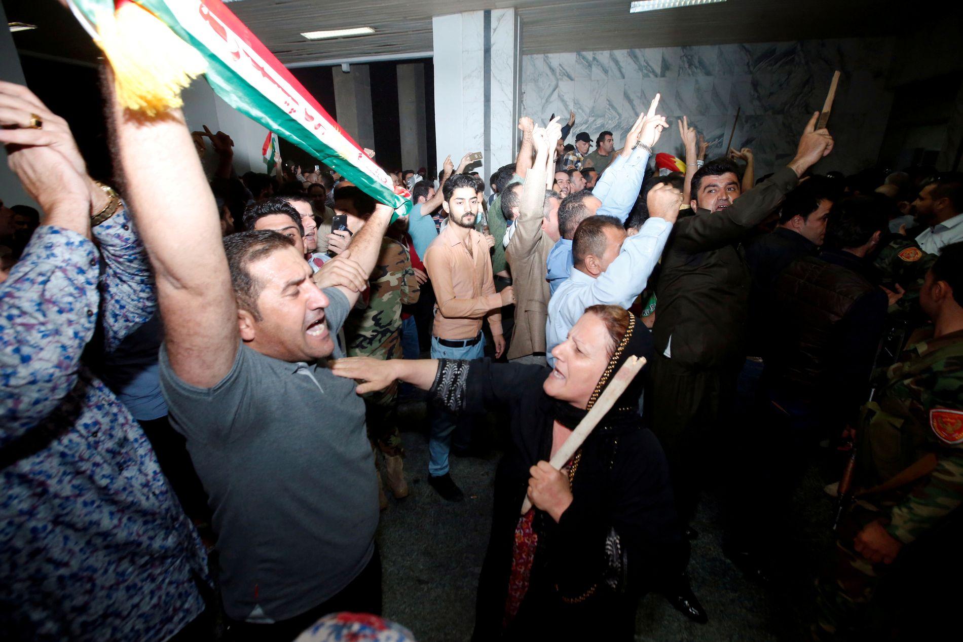 PROTESTERER: Store mengder demonstranter stormet parlamentsbygningen i Erbil søndag.