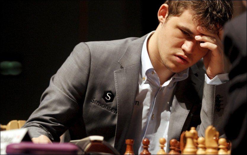KAN BLI ÅRETS NAVN: Magnus Carlsen kan bli folkets favoritt under Idrettsgallaen på Hamar i januar, men årets mannlige utøver blir han ikke. Her under London Chess Classic nylig. Foto: Ole Kristian Strøm, VG