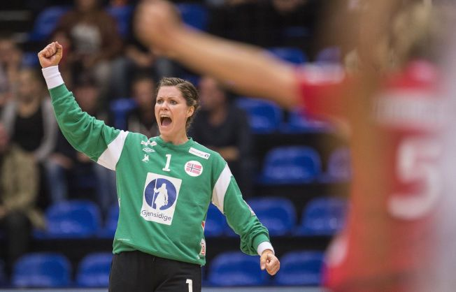 BANENS BESTE: Her jubler Kari Aalvik Grimsbø etter én av 18 redninger mot Frankrike. Hun slapp inn 15 mål.
