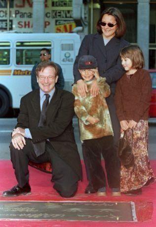 ELSKET BARNA: Robin Williams sammen med barna Cody og Zelda på en event i 1998. Bak står eks-kona Marcha Garces Williams.