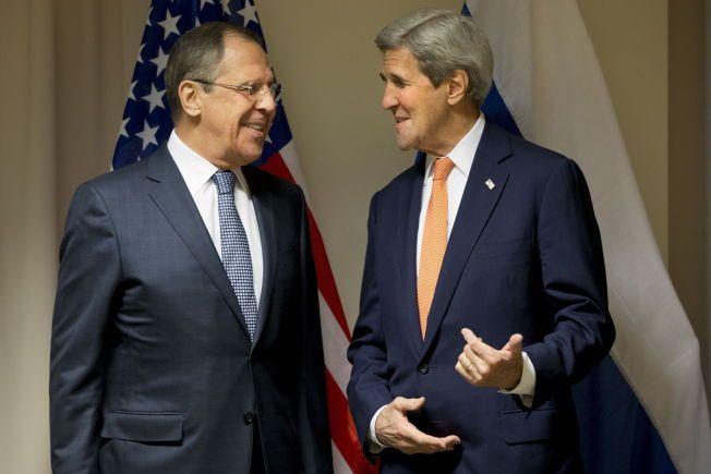 SAMTALER: Tonen virket god da USAs utenriksminister John Kerry (til høyre) møtte sin russiske motpart Sergej Lavrov i Zürich onsdag.