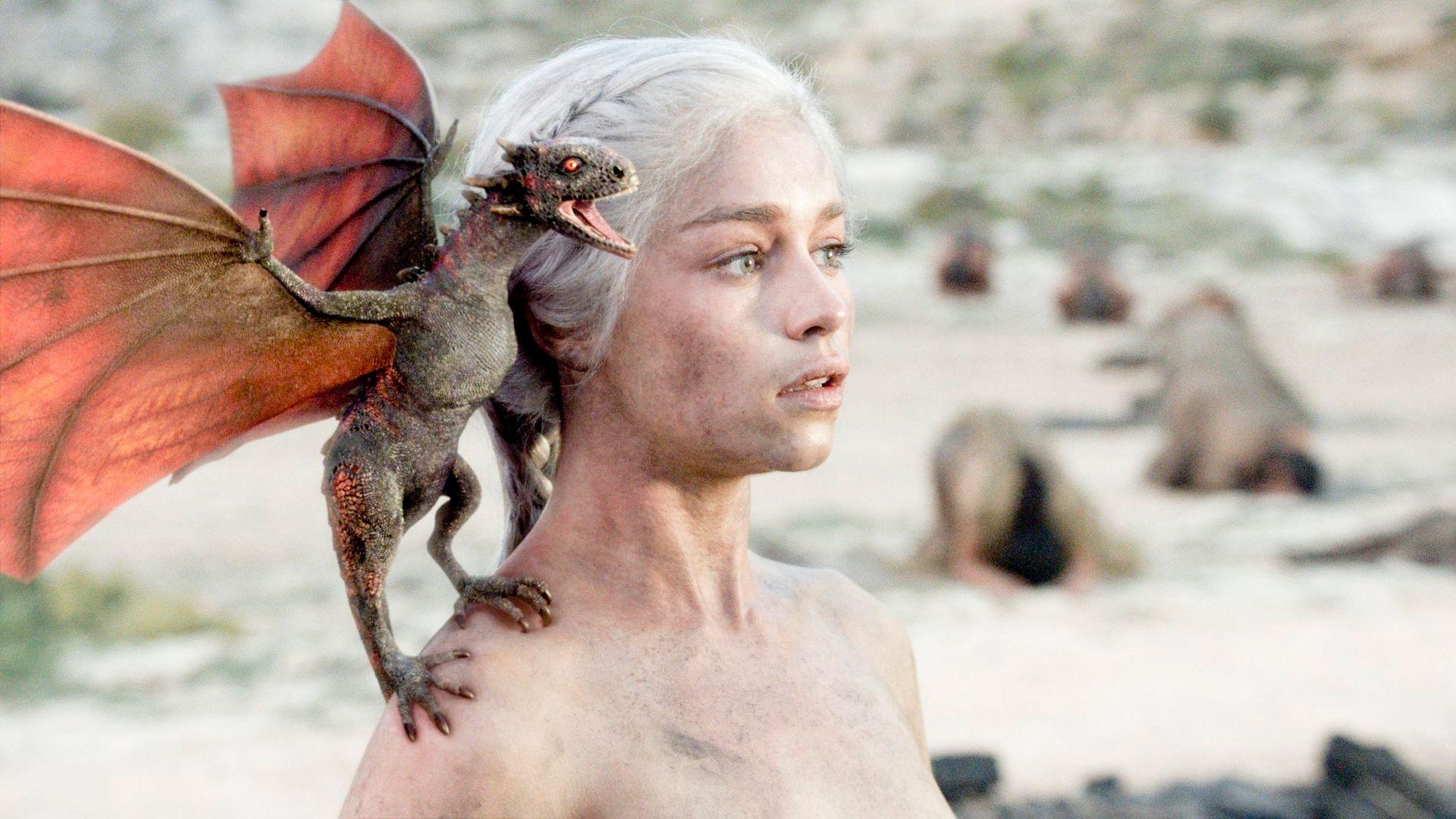 ENESTE GJENLEVENDE: Daenerys Targaryen (Emilia Clarke) med nyklekkede Drogo.