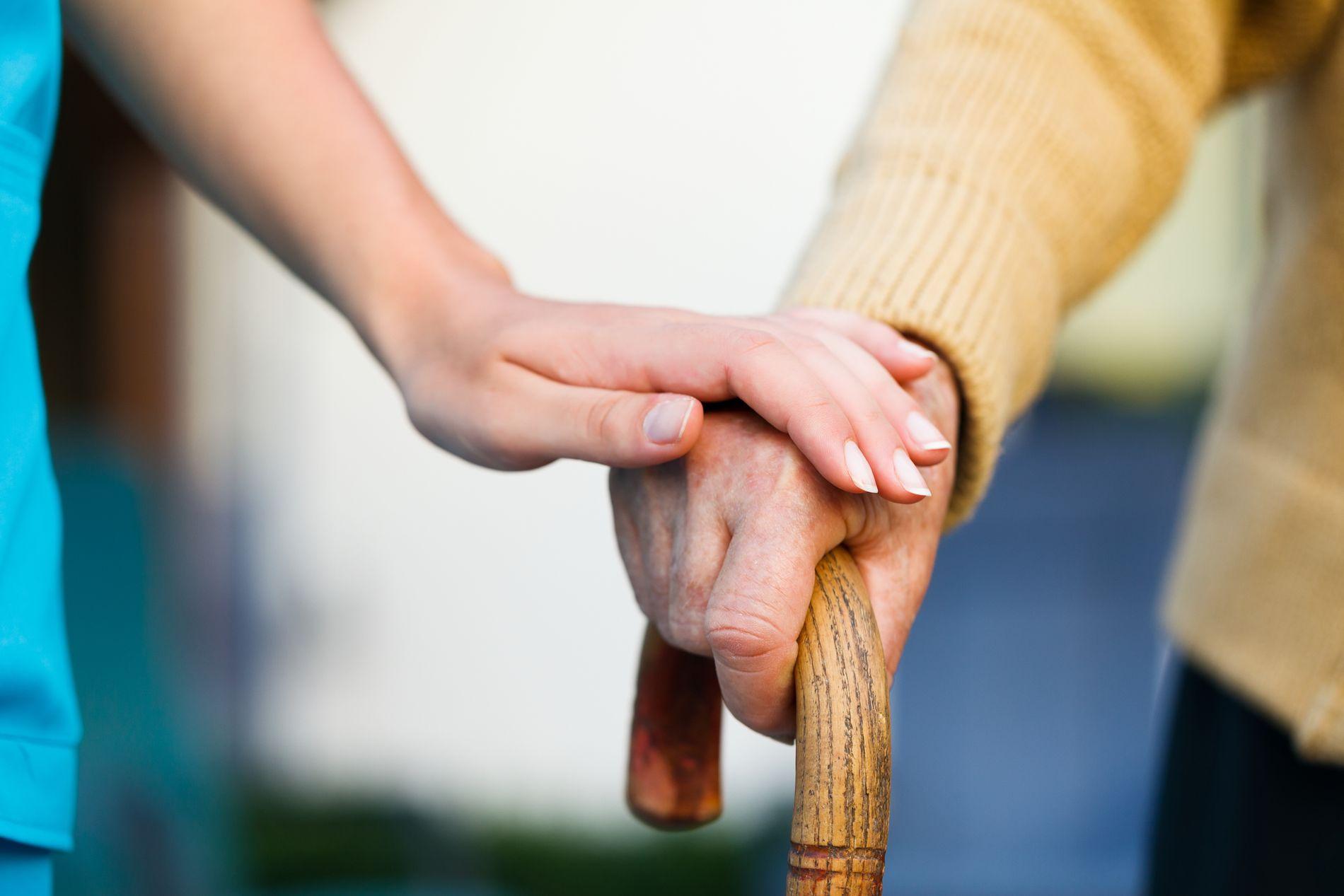 VARME HENDER: Det kan bli få til å ta seg av de eldre i en del norske kommuner, viser befolkningsfremskrivninger fra Statistisk sentralbyrå.