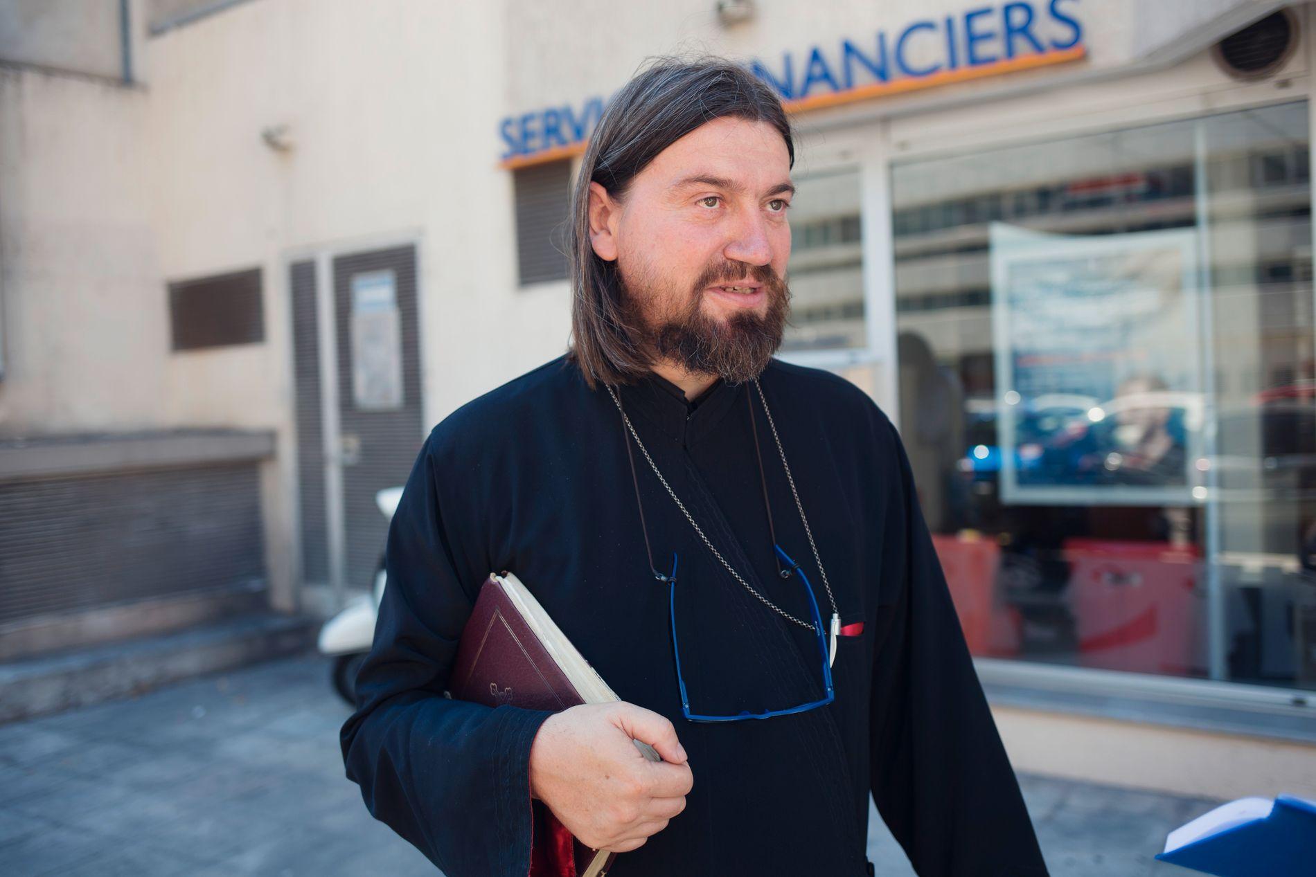 TRØST: Den ortodoske presten fader Radu har etter ulykken forsøkt å hjelpe til der han kan. Det verste er å se familiene som lider, sier han.