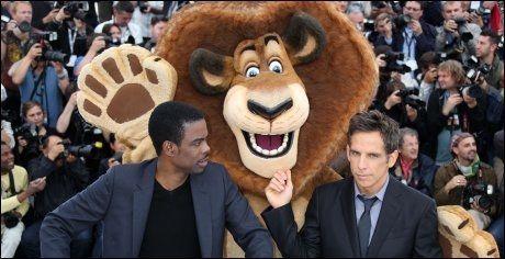 BEGEISTRET: Chris Rock og Ben Stiller foran maskotten av rollen Stiller tolker i filmen, løven Alex. Foto: AFP