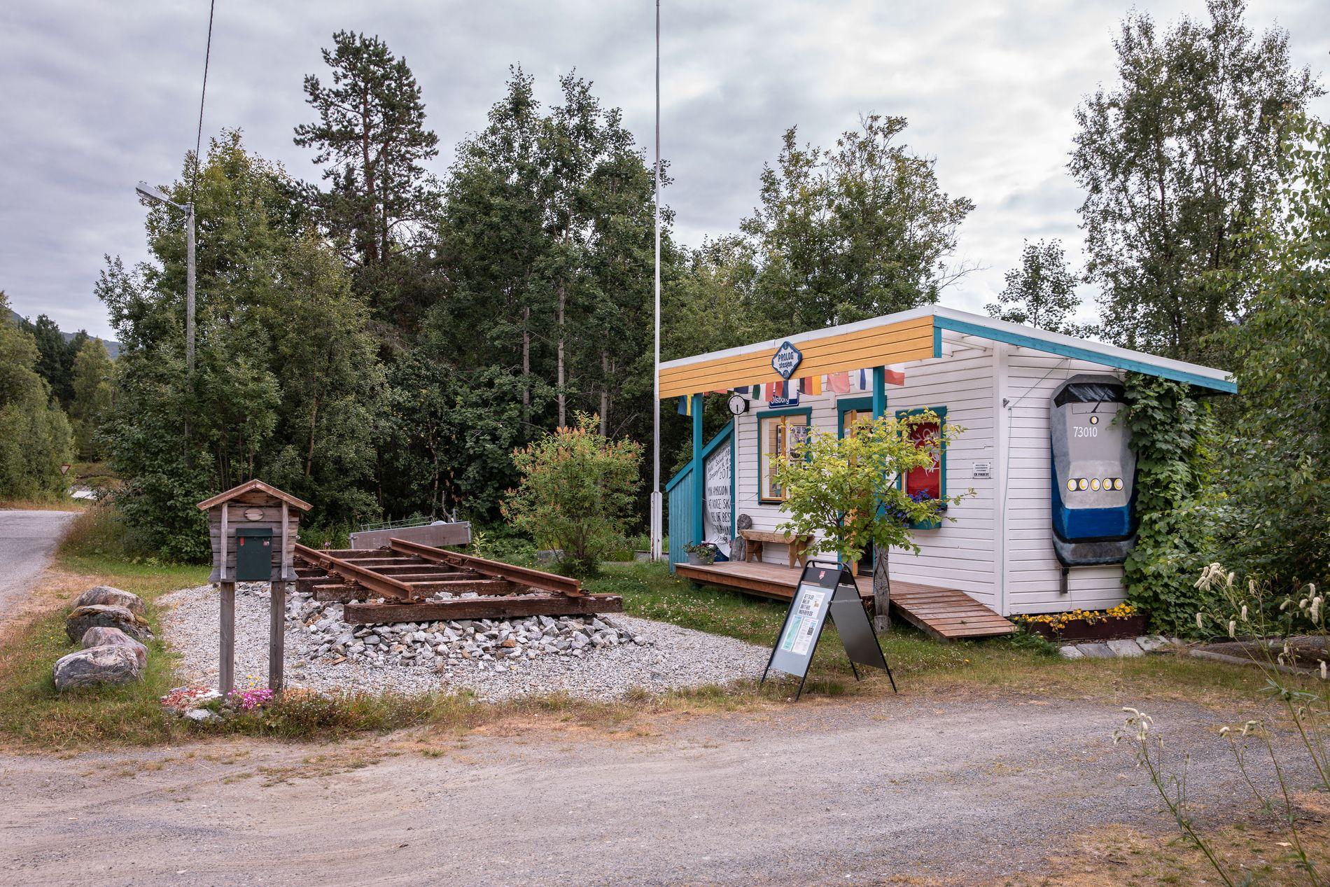 PERRONGEN: Den lille togstasjonen er bygd utenfor huset til Hilde Sagland og er et konstant minne om at det nordnorske folket ikke gir seg i kampen om en jernbane.