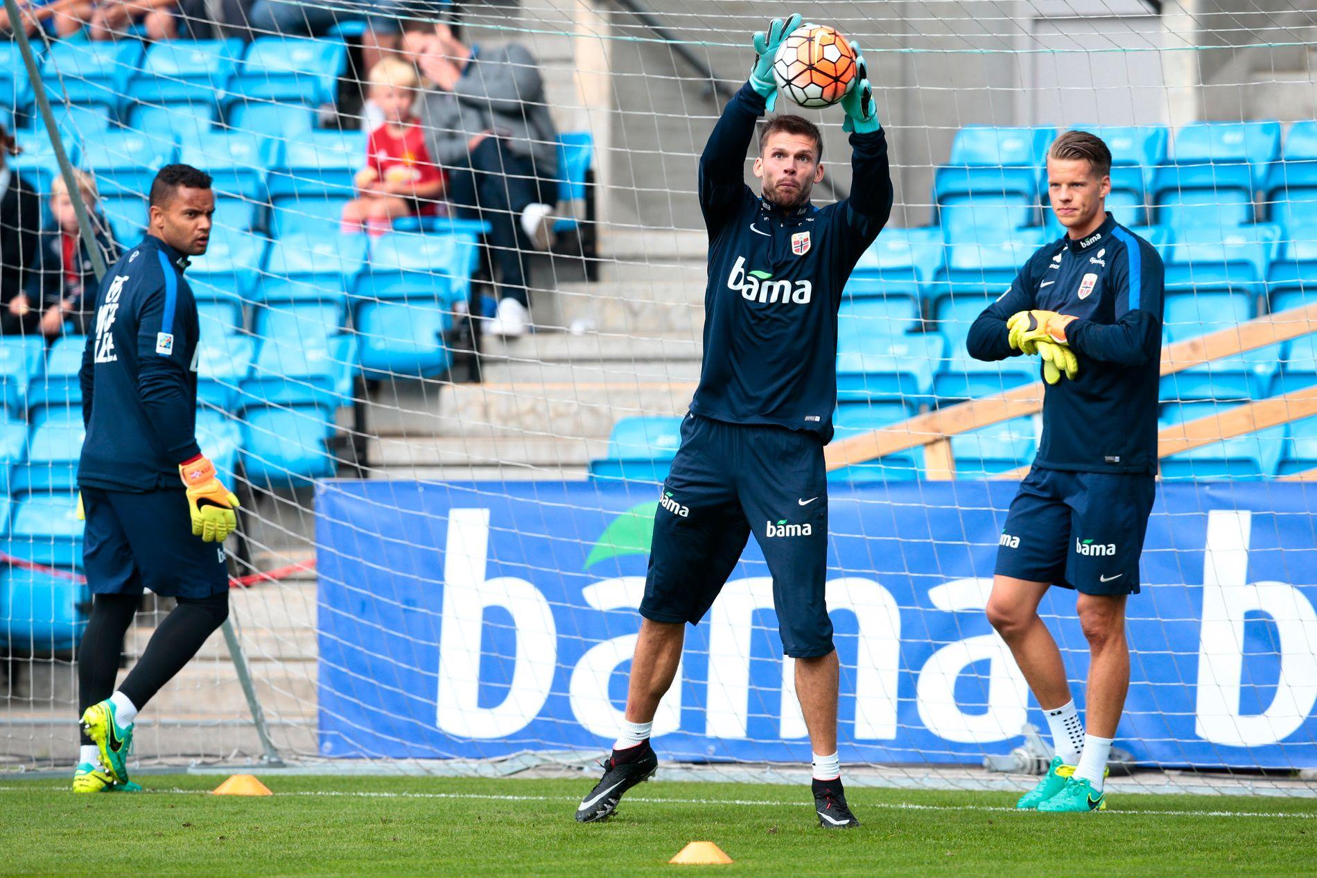 SIKRE HENDER: Rune Almenning Jarstein med sikkert grep på en tidligere landslagstrening, overvåkes av Sten Grytebust (til venstre) og Ørjan Håskjold Nyland.
