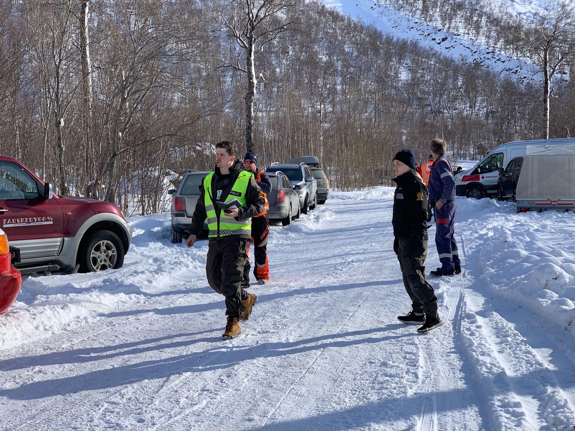 PÅ STEDET: Politi og andre redningsmannskaper har rykket ut til stedet.