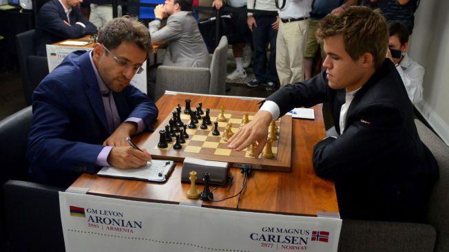 TOPPOPPGJØR: Magnus Carlsen (t.h.) og Levon Aronian, her fra et parti under fjorårets Sinquefield Cup, deler teten i årets utgave av den prestisjetunge turneringen.