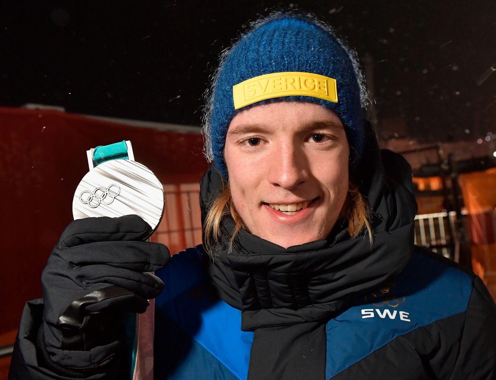 FYRER LØS: Sebastian Samuelsson med OL-sølvmedaljen som han vant på jaktstart i Pyeongchang.