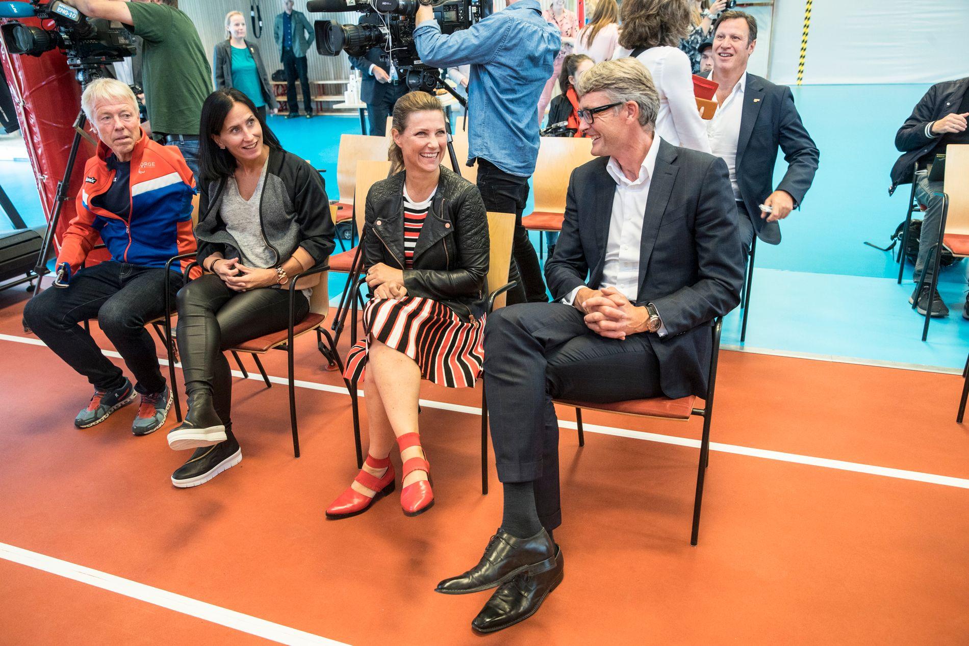 GOD STEMNING: Cato Zahl Pedersen (fra venstre), Marit Bjørgen, prinsesse Märtha Louise og Aker-sjef Øyvind Eriksen.