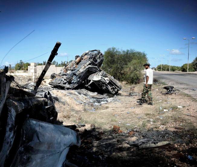 DREPT: I dette strøket i fødebyen Sirte, Cirka 500 kilometer fra Tripoli gjemte Libyas diktator Muammar Gaddafi seg de siste ukene av sitt liv. Her ligger noen av de utbrente bilene fra Gaddafis konvoi som ble bombet av Nato. Bildet er tatt 28.oktober 2011.