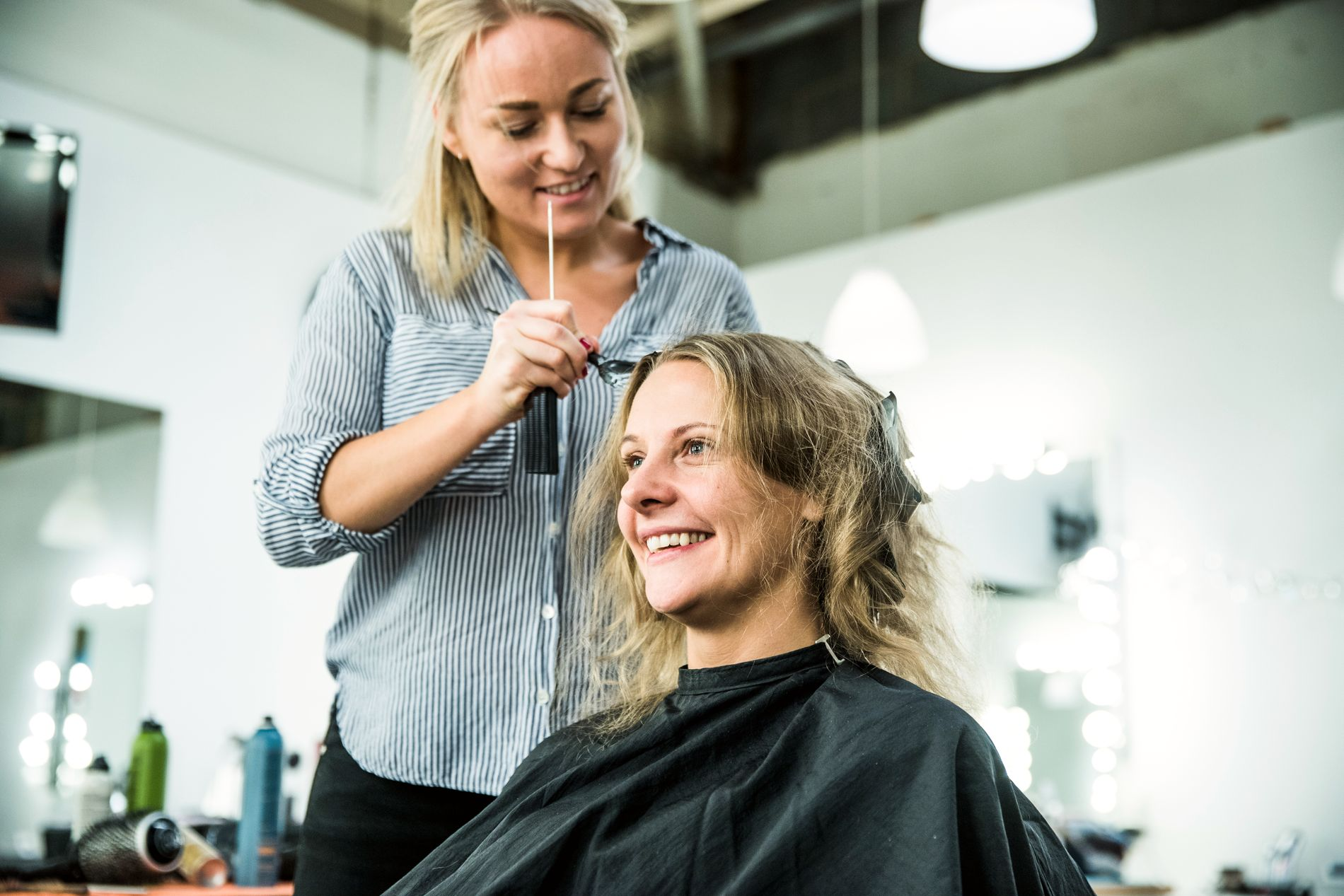 BLIR FESTKLAR: Cici Henriksen får håret farget av frisør Sanna Schou Svennevik etter innspillingen