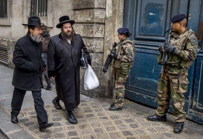 PASSER PÅ: Det kryr av politifolk i den franske hovedstaden i disse dager. Nye terrorhandlinger skal for en hver pris unngås.
