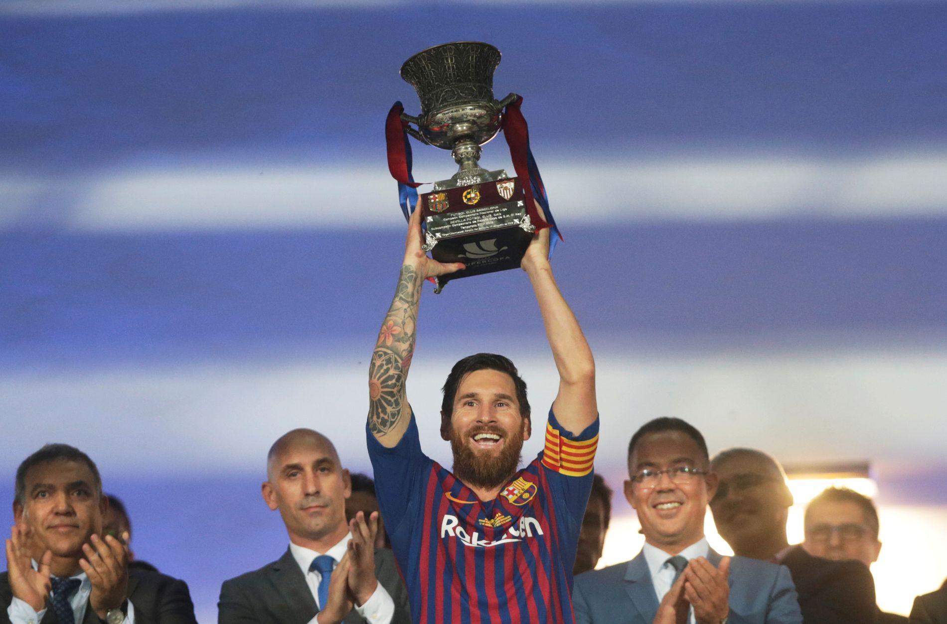BØTTELØFTER: Lionel Messi med det synlige beviset på at Barcelona vant den spanske supercupen.