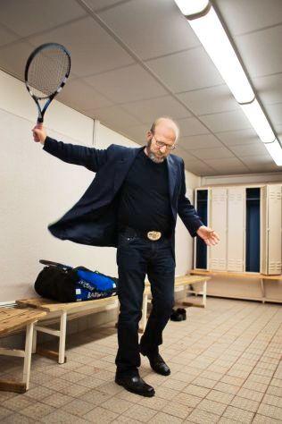 ELSKER TENNIS: Ingar Helge Gimle elsker å spille tennis og bordtennis. For tiden ser han etter noen å spille bordtennis med på Bjørkelangen. Her slår han et slag i 2008.