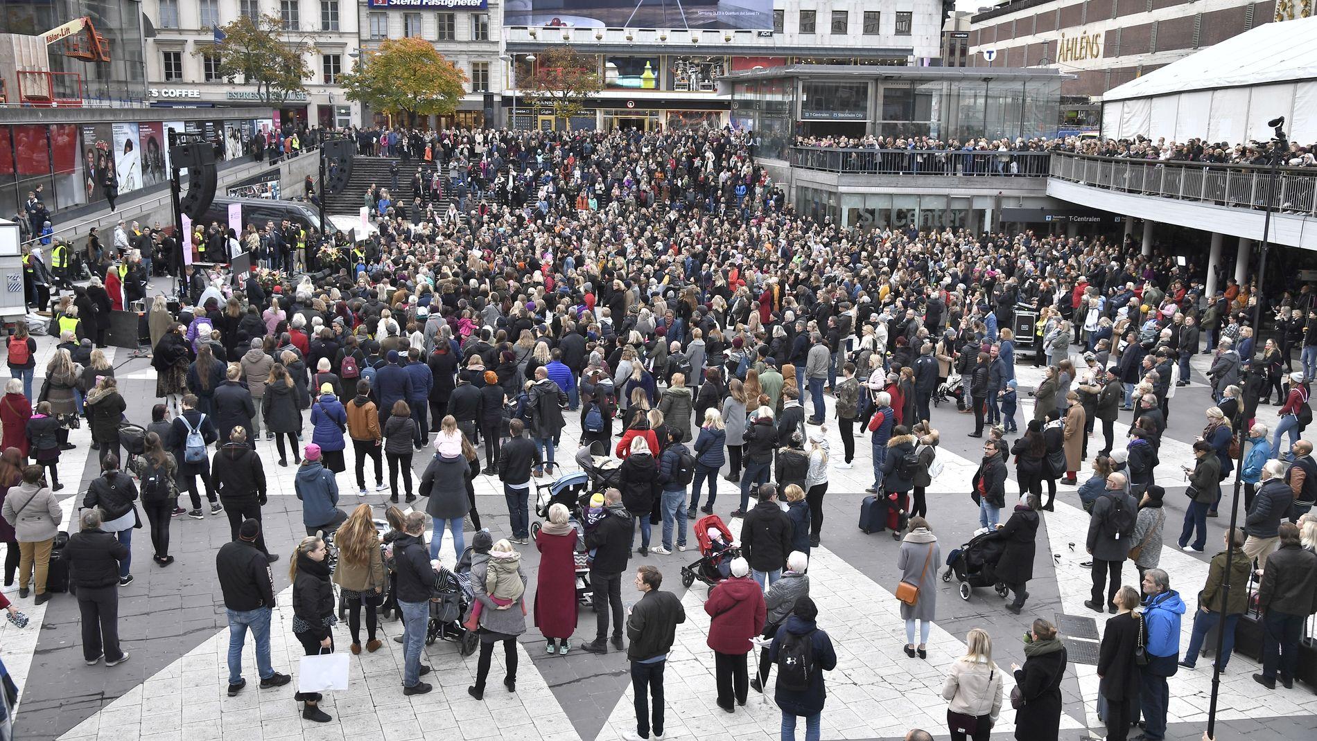 SVERIGE: Tusenvis av svensker demonstrerte i Stockholm mot seksuell trakassering og overgrep i kjølvannet av #metoo-kampanjen