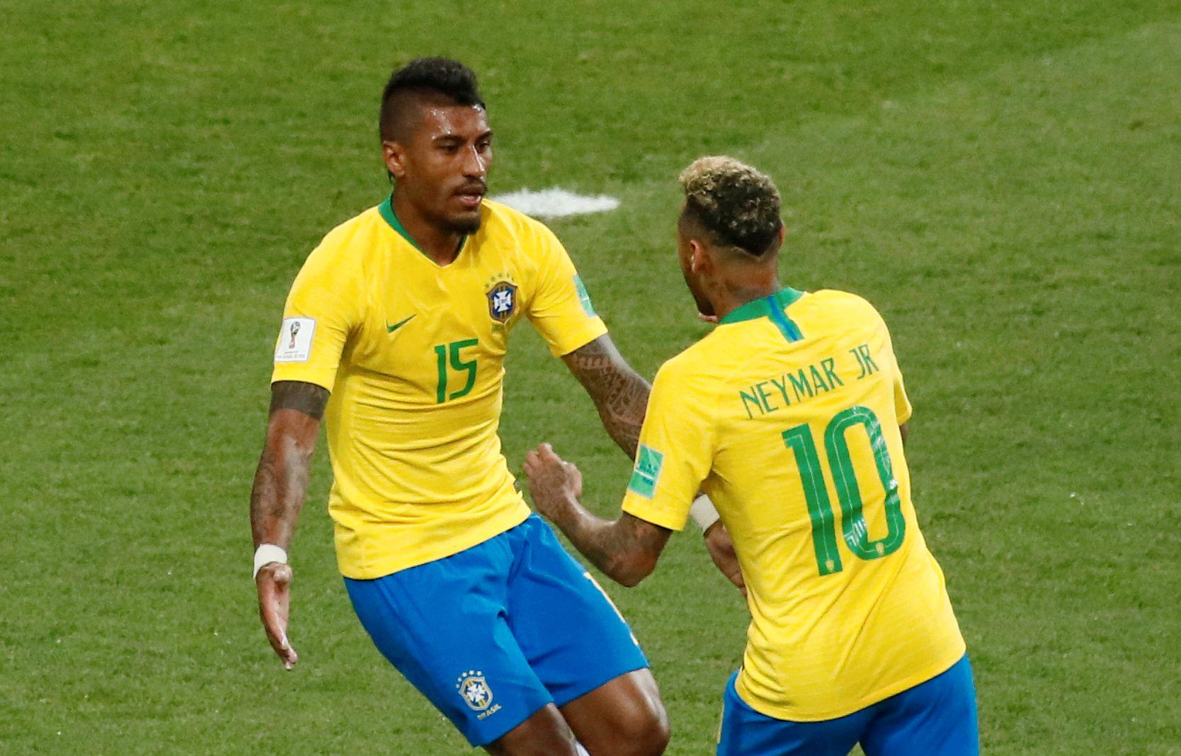 ORDNET DET FØRSTE: Paulinho (t.v.) feirer sammen med Neymar etter å ha sendt Brasil opp i ledelsen før pausen.