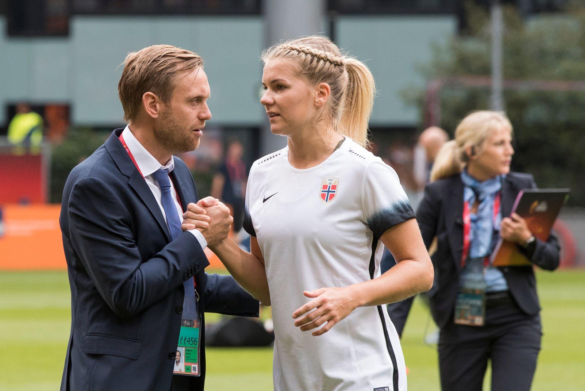 DÅRLIG DEBUT: Martin Sjögrens første mesterskapskamp med Norge gikk ikke som planlagt. Her med Ada Hegerberg.