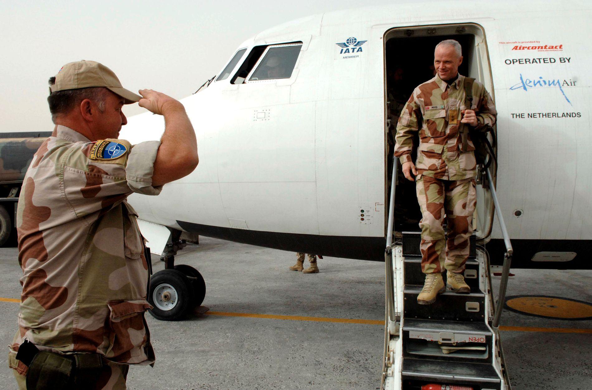 I AFGHANISTAN: Robert Mood har vært generalinspektør for hæren, og er nå president i Røde kors. Her ankommer han Camp Nidaros i Mazar-e-Sharif i 2007.