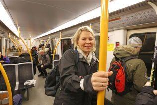 FORNØYD: Hilde Sundt Skålevåg er godt fornøyd med T-banesystemet og lar seg ikke så lett irritere av sine medpassasjerer.