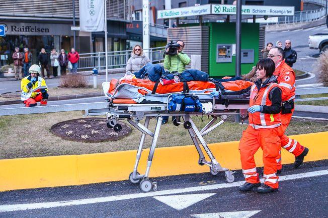 SKADET: Her ser vi Espen Eckbo bli fraktet inn på sykehuset etter å ha blitt fløyet med luftambulanse fra åstedet.